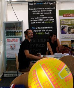 Michael Jopp,Fachmann für fair gehandelte Bälle beim Sportfestival am Breitscheidplatz.