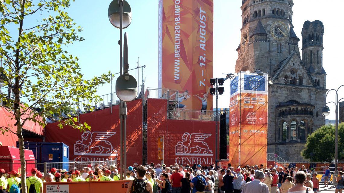 Kugelstoßer und fair gehandelte Bälle am Breitscheidplatz