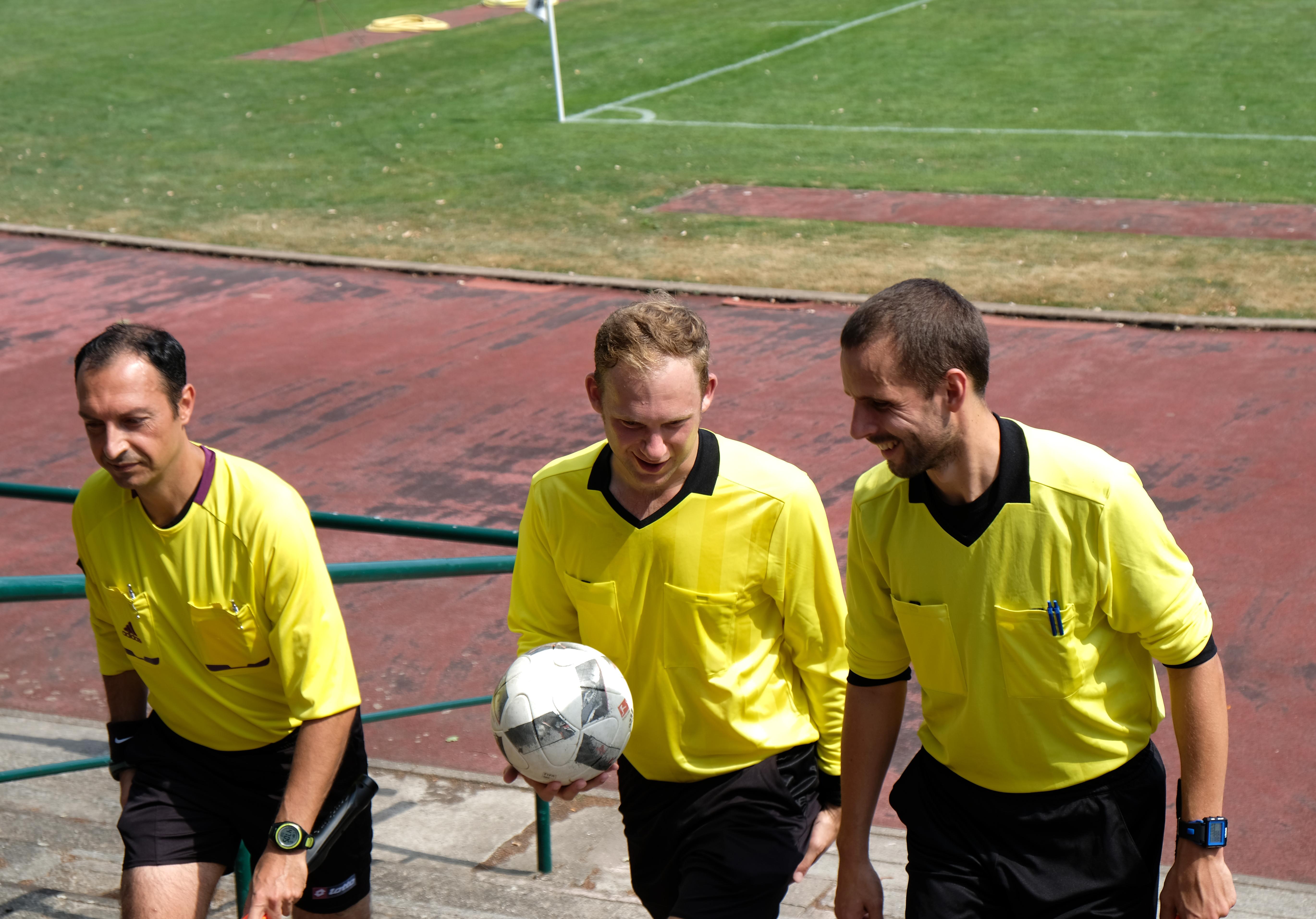 Referee Michael Lowe beim Spiel Preussen-Türkiyem