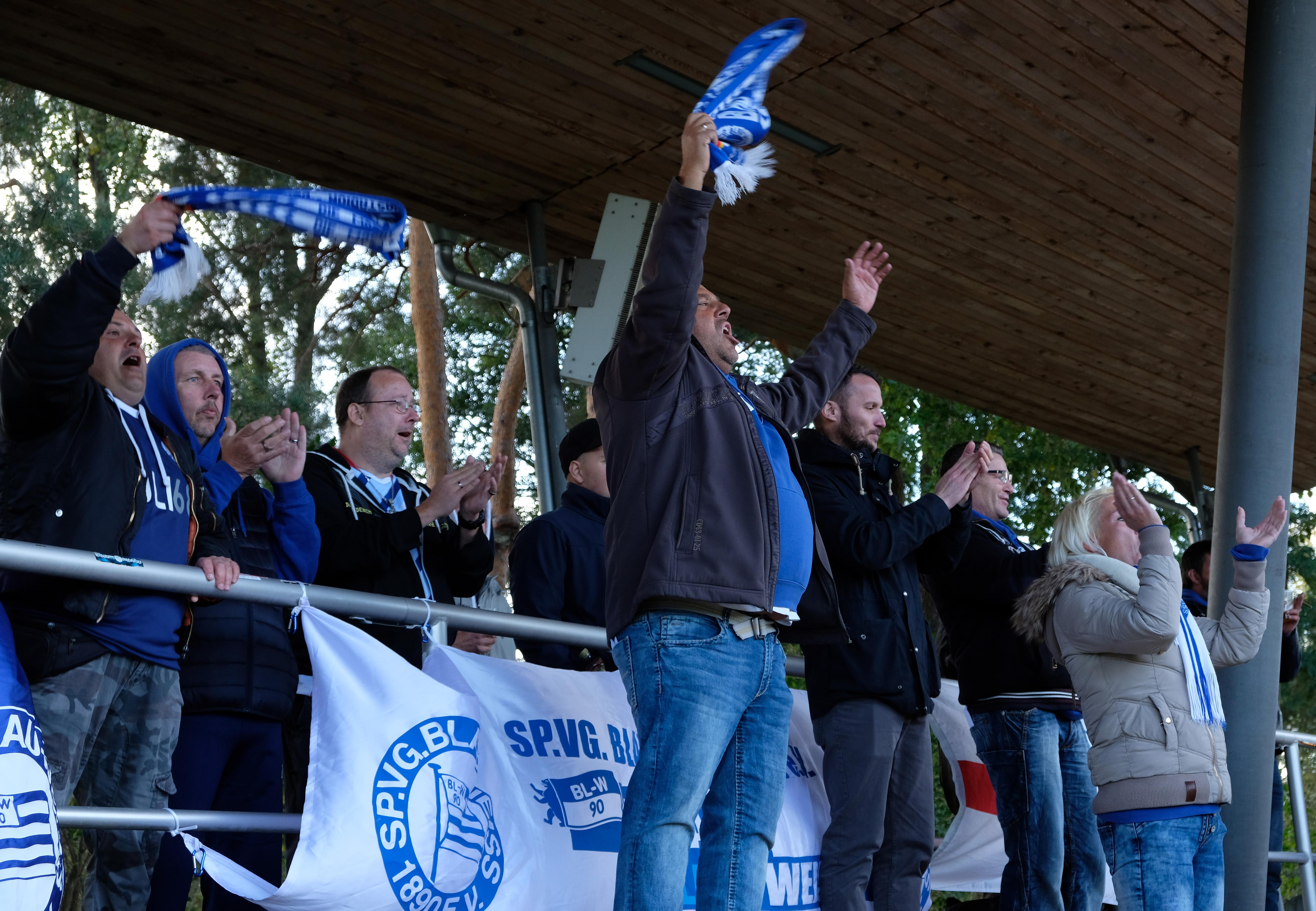 Blau-Weiss 90 Fans feiern das erste Tor in der Oberliga Nordost